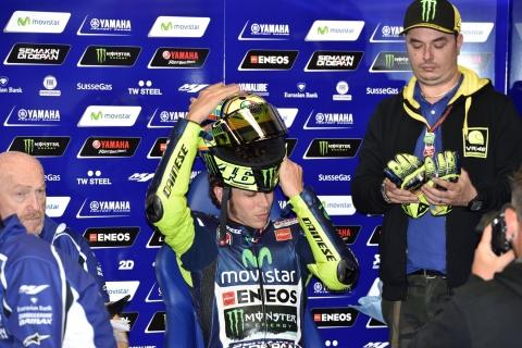 Valentino Rossi mentre indossa il casco
